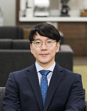 Associate Professor 사진